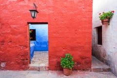 Architettura coloniale rossa, bianca e blu Immagini Stock Libere da Diritti