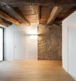 Architettura, corridoio di un sottotetto rustico immagine stock libera da diritti