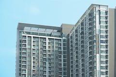 Architettura d'angolo del condominio o dello skyscape sul fondo del cielo blu Fotografie Stock