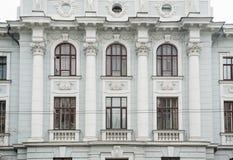 Architettura del monumento storico con Windows e le colonne Fotografie Stock Libere da Diritti