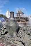 Architettura del parco di VDNKH a Mosca Fontana di pietra del fiore Immagini Stock