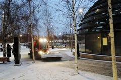 Architettura del parco di Zaryadye a Mosca Punto di riferimento popolare fotografie stock