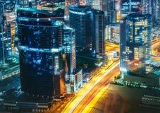 Architettura della baia di affari di notte con le costruzioni illuminate, Dubai, Emirati Arabi Uniti Fotografia Stock