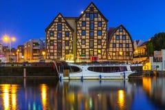 Architettura della città alla notte, Polonia di Bydgoszcz fotografie stock libere da diritti