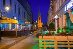 Architettura della città alla notte, Polonia di Bydgoszcz fotografia stock libera da diritti