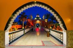 Architettura della notte 1001 del complesso di spettacolo e di acquisto Alf Leila Wa Leila, vista di sera, Sharm el-Sheikh, Egitt fotografia stock libera da diritti