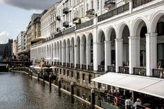 Architettura delle costruzioni del fiume di Alster della città di Amburgo Fotografia Stock Libera da Diritti