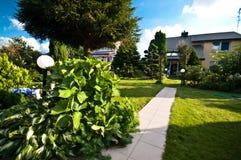 Architettura di anni '80 nella casa e nel giardino della Polonia Immagine Stock Libera da Diritti