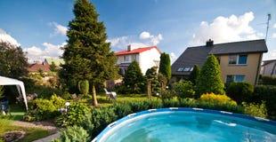 Architettura di anni '80 nella casa e nel giardino della Polonia Fotografia Stock Libera da Diritti