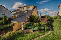 Architettura di anni '80 nella casa e nel giardino della Polonia Immagine Stock