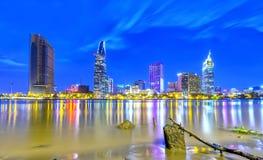 Architettura di bellezza lungo il fiume di Saigon immagine stock libera da diritti