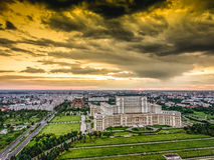 Architettura di Bucarest sotto il cielo drammatico fotografia stock