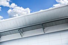 Architettura di design industriale del tetto della fabbrica o del magazzino della lamina di metallo alta Immagine Stock