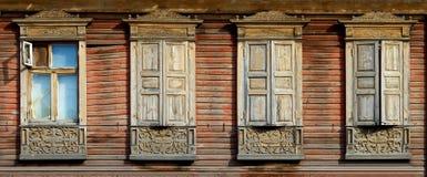 Architettura di eredità Platbands di legno sulle proprietà 4 fotografie stock