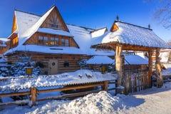 Architettura di legno di Zakopane all'inverno, Polonia Immagini Stock