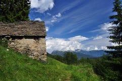 Architettura di pietra tradizionale della montagna casa alpina Immagini Stock Libere da Diritti