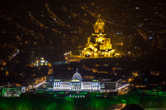 Architettura di Tbilisi nella notte Tutti i punti di riferimento principali su uno sparati: i Immagine Stock Libera da Diritti
