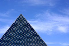 Architettura di vetro della piramide Fotografia Stock Libera da Diritti