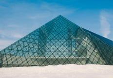 Architettura di vetro della piramide Fotografia Stock