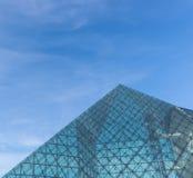 Architettura di vetro della piramide Immagini Stock Libere da Diritti