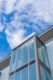 Architettura di vetro moderna con cielo blu immagini stock libere da diritti