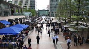 Architettura di vetro moderna dell'aria di affari di Canary Wharf e impiegati di concetto Immagine Stock