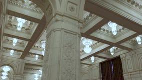 Architettura e progettazione Interno classico con i archs e le muffe Colori bianchi dell'interno Candeliere costoso in a video d archivio