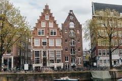 Architettura europea accogliente con il canale del fiume fotografia stock