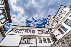 Architettura generica della casa tradizionale dell'urania nella vecchia città di Ocrida in Macedonia fotografia stock