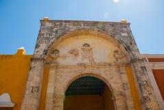 Architettura gialla del coloniale e della chiesa in San Francisco de Campeche , Il Messico Fotografia Stock