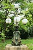 Architettura giapponese tradizionale della lampada 5 lampadine sulla bella base del tipo di leone fotografia stock