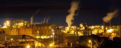 Architettura industriale alla notte immagine stock libera da diritti