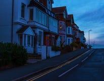 Architettura inglese tipica, edifici residenziali nella linea alon Fotografie Stock Libere da Diritti