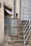 Architettura invecchiata con la finestra e la scala Fotografie Stock