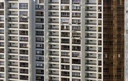 Architettura moderna con molte finestre di vetro quadrate e colori sulla costruzione Immagini Stock