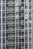 Architettura moderna con molte finestre di vetro quadrate e colori sulla costruzione Fotografie Stock Libere da Diritti