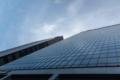 Architettura moderna contro il cielo blu fotografie stock