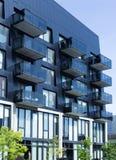 Architettura moderna del balcone in città fotografia stock