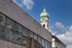 Architettura moderna e una torre di chiesa Fotografie Stock Libere da Diritti