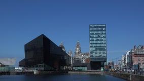 Architettura moderna e vecchia di Liverpool dal porto 4K archivi video