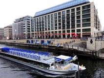 Architettura moderna il fiume della baldoria a Berlino Fotografia Stock