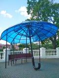 Architettura moderna, ombrello blu, Kamenets-Podolsky, Ucraina fotografia stock libera da diritti
