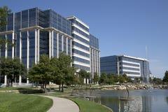 Architettura moderna piacevole degli edifici per uffici e dei pæsaggi Fotografia Stock Libera da Diritti