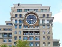 Architettura moderna Una casa residenziale di palazzo multipiano Mosca luglio 2014 Immagini Stock Libere da Diritti