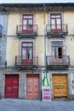 Architettura portoghese antica: Vecchie porte, facciata e scritture variopinte - Portogallo Immagine Stock