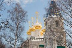 Architettura russa antica della cattedrale Una grande chiesa bianca con le cupole dorate Immagine Stock Libera da Diritti