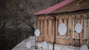 Architettura socialista d'alesaggio, costruzione di appartamento con le antenne della televisione via satellite video d archivio