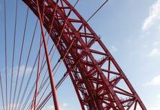 Architettura, sopportante il ponte sospeso Fotografie Stock Libere da Diritti