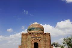 Architettura stupefacente Tomba antica in collina di Makli, cielo blu fotografia stock libera da diritti