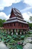 Architettura tailandese tradizionale di stile nello stagno di loto Fotografia Stock